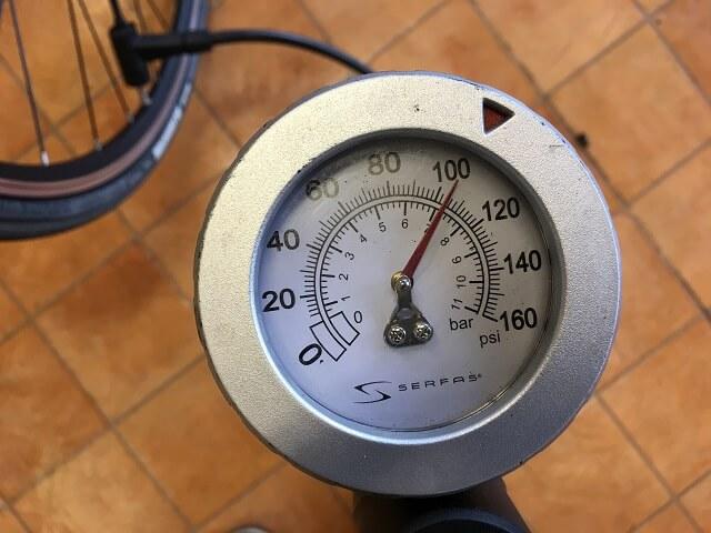 サーファスFP200SEフロアポンプで指定空気圧に入れる