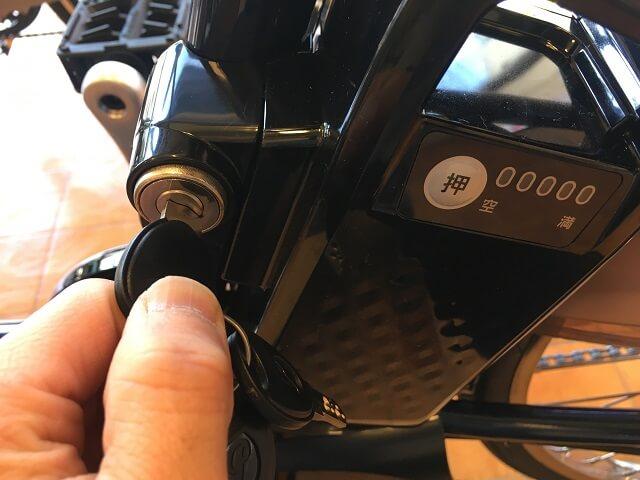 パナソニック電動アシスト自転車ビビDXバッテリー外し作業カギ解除