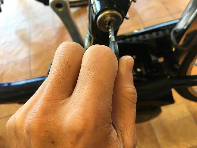 パナソニック電動アシスト自転車ビビDXバッテリーロックキーを抜く