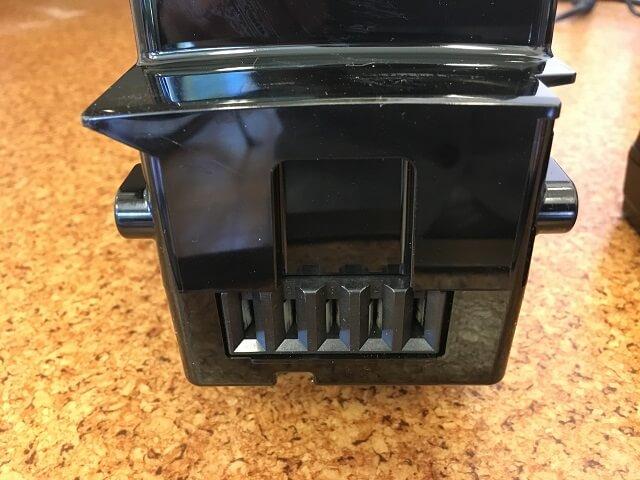 パナソニック電動アシスト自転車のバッテリー底の差込口