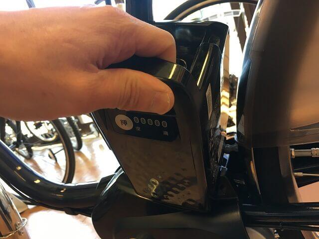パナソニック電動アシスト自転車ビビDXバッテリー手で斜にして入れる