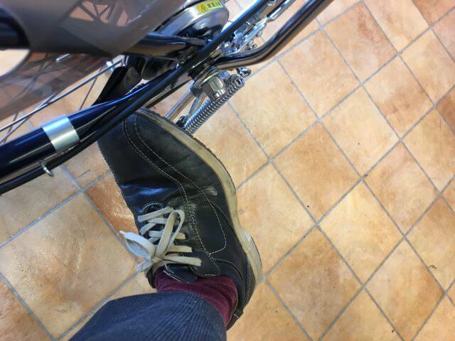 パナソニック電動アシスト自転車ビビDXスタンドを上げる