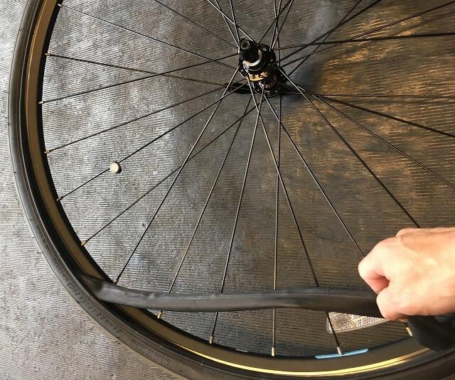片側だけタイヤを外しチューブを取り出す