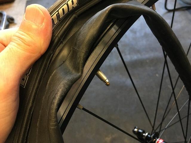 自転車チューブをバルブ口金穴に通してチューブを入れていく