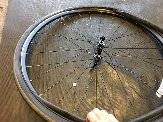 自転車チューブをすこしずつタイヤの中に収めていく