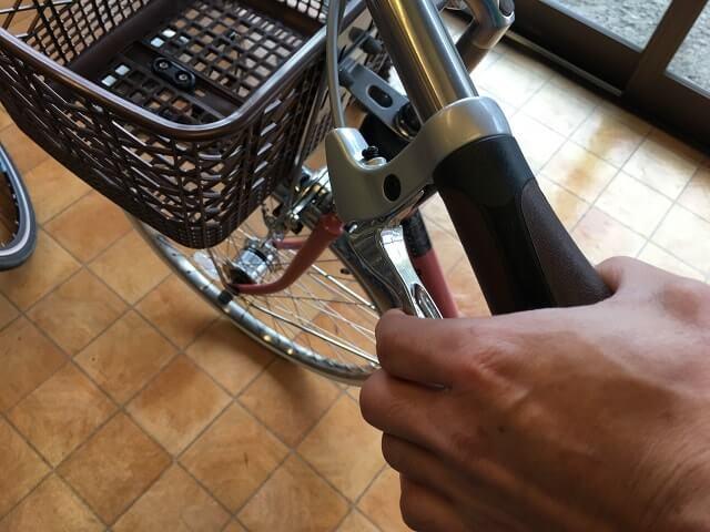 自転車ブレーキのかけ方 左側レバーで後輪ブレーキをかける