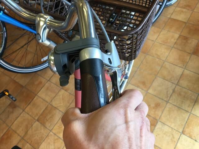 自転車ブレーキのかけ方 右側レバーで前ブレーキをかける
