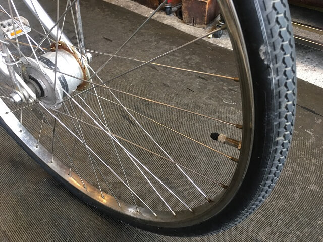 自転車タイヤ取付向き間違い