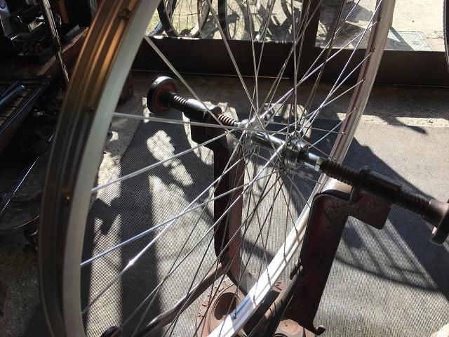 自転車ホイール手組振れ取り台にセットする