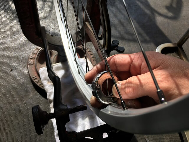自転車ホイール手組みニップルで仮締め