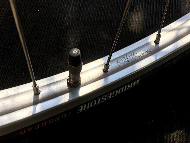 自転車手組ホイール最後はタイヤのロゴとバルブ口金の位置を合わせる