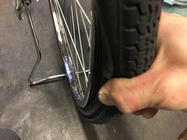 自転車チューブ噛みがないかタイヤ確認