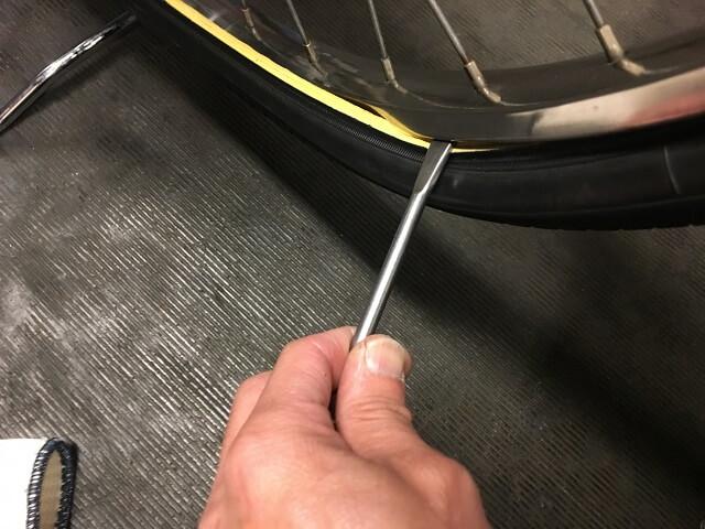 自転車タイヤレバー金属使いタイヤをはめる