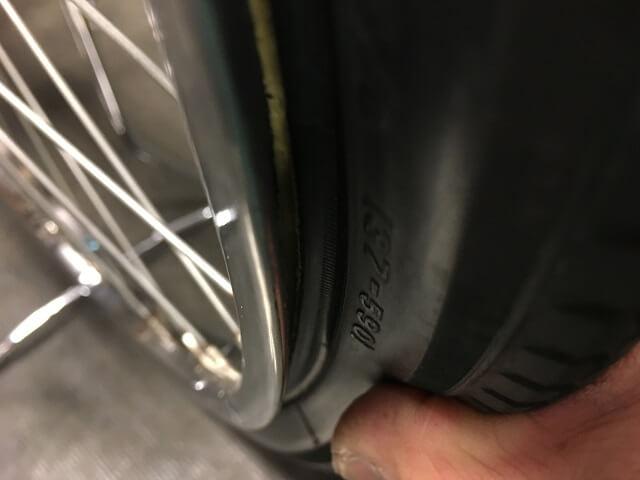 自転車チューブ確認しながらタイヤをはめる