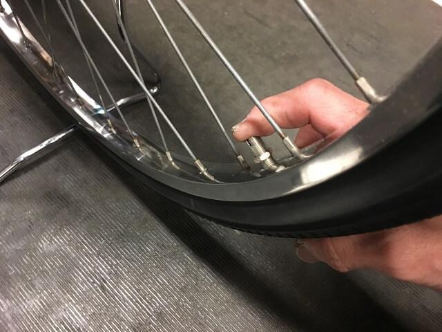自転車チューブバルブ口金確認