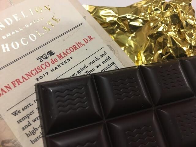 チョコレートバーのサンフランシスコを食べる