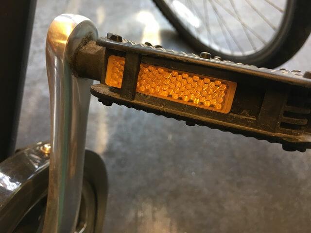 自転車右側ペダルの反射板内側へズレる