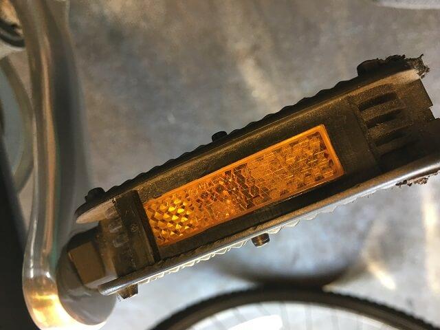 自転車のペダル反射板ズレ直す