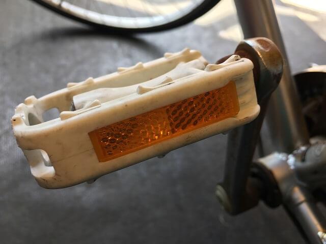 自転車の白ペダルの反射板のズレ直す