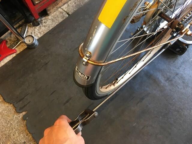 シティサイクルチェーン交換作業 チェー引き工具で調整