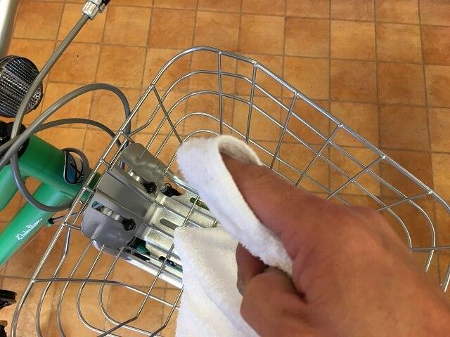 子供自転車掃除のコツ 指先にタオルを巻いて乾拭き