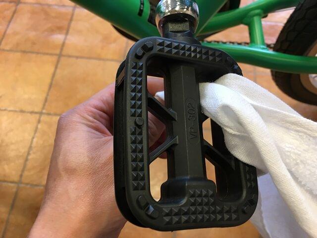 子供用自転車掃除のコツ ペダル乾拭きアッソンJ24