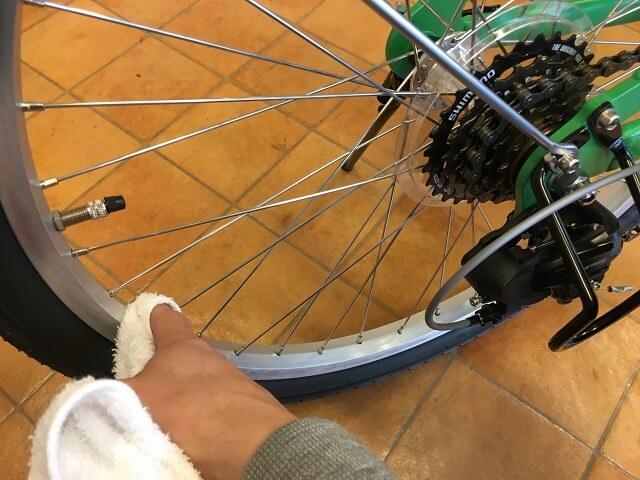 子供用自転車掃除のコツ 後輪リム乾拭きアッソンJ24