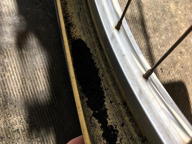 自転車タイヤ内側の大量の黒いカス