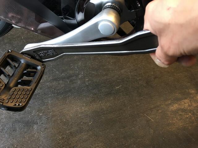 自転車ペダルを専用工具ペダルレンチで締め付ける