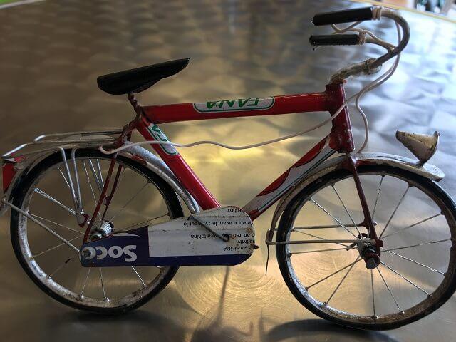 コスナサイクル店内のミルク缶で作られたミニチュア自転車