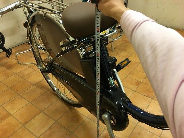 パナソニック電動アシスト自転車ビビDXの最低地上高のサドル高さ計測