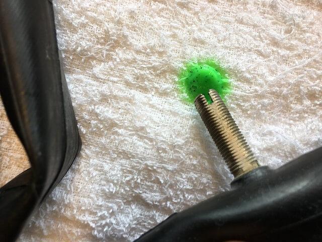 スライムパンク防止剤入りのチューブから緑の液体が