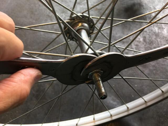 自転車フロントハブ軸調整