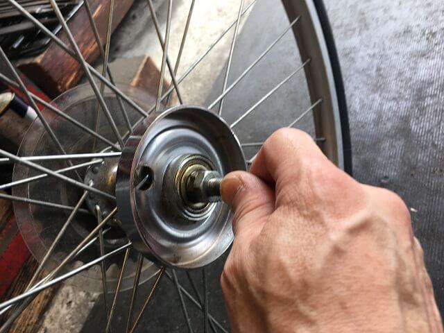 自転車後輪ハブ軸シャフトの回転具合を手で確認