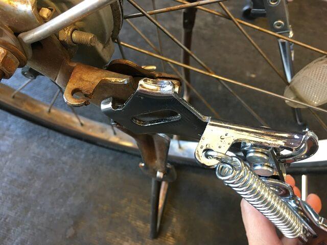 自転車両立スタンドバネ削れた部分を新品と比べる