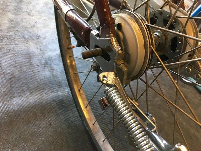 新し両立スタンドを自転車に取り付けるためはめ込む