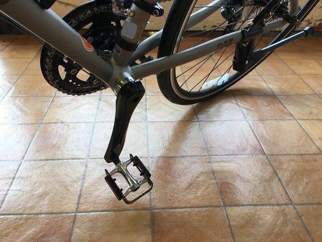 クロスバイクで左側のコーナー曲がる時の間違ったペダル位置下にしている