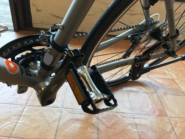 クロスバイクで左側にコーナー曲がる時の正しいペダル位置上にする