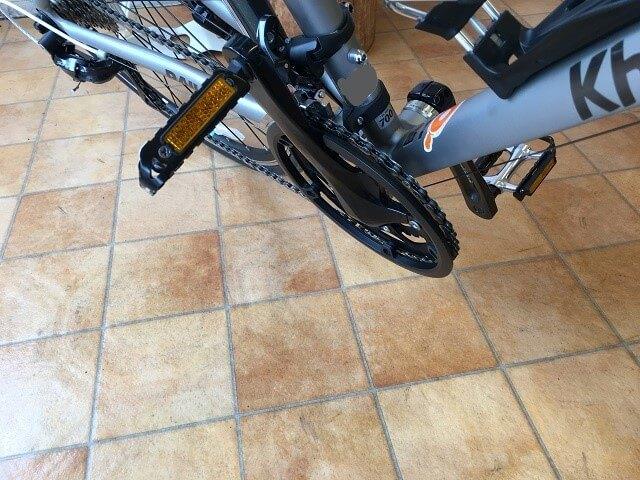 クロスバイクでも右側コーナーを曲がる時の正しいペダル位置上にする