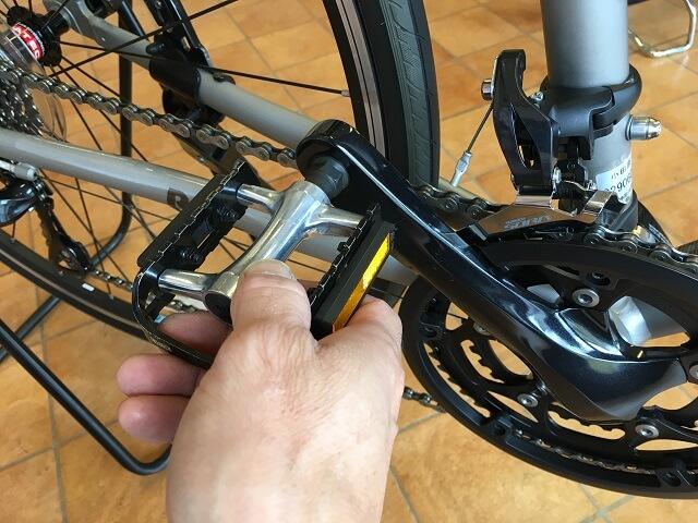 ペダルを手で回しながら変速ワイヤー調整する