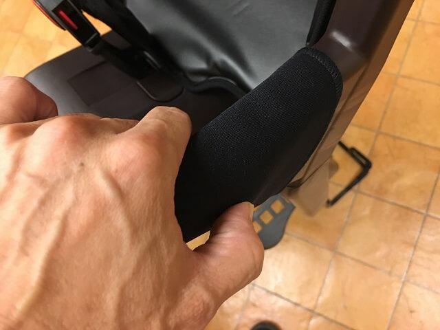 ギュットアニーズ用プレミアムチャイルドシートの開閉式グリップバー操作