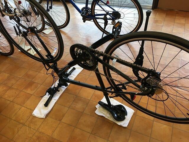 クロスバイク後輪の外し方 先ずは自転車を逆さにする