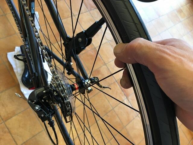 クロスバイク後輪外し方 後輪を上に持ち上げる
