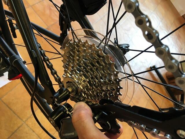 クロスバイク後輪外し方 後輪が持ち上がる