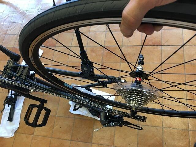 クロスバイク後輪はめ方 後輪をチェーンにかける
