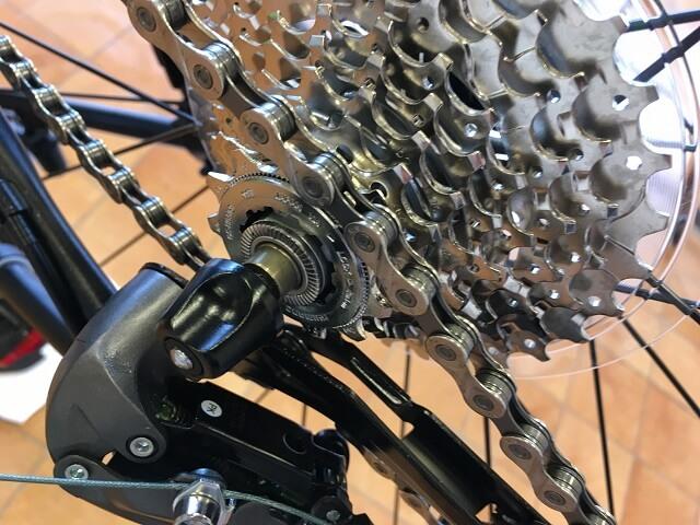 クロスバイク後輪はめ方 チェーンをスプロケットにのせる