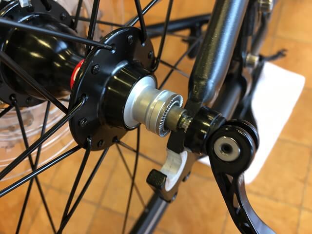 クロスバイク後輪はめ方 後輪シャフトをフレーム溝に誘導する