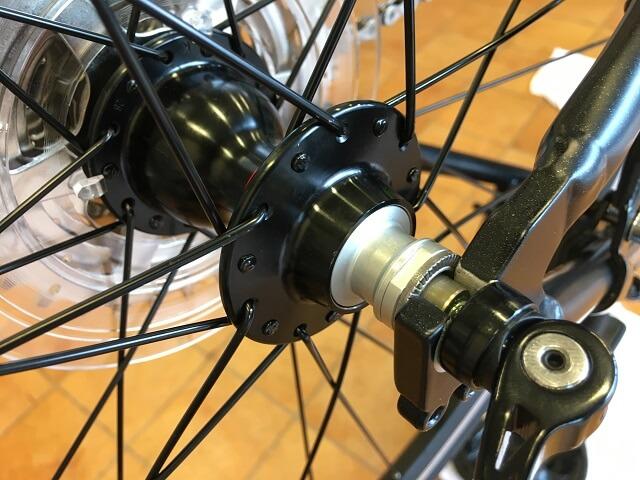 クロスバイク後輪はめ方 後輪シャフトをフレーム溝にしっかりはめる