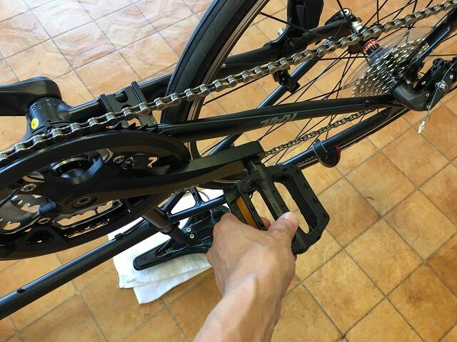 クロスバイク後輪はめ方 チェーンがきちんとはまってるかペダルを回して確認