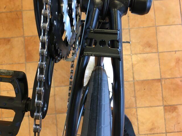 クロスバイク後輪はめ方 タイヤがセンター位置にあるか確認する